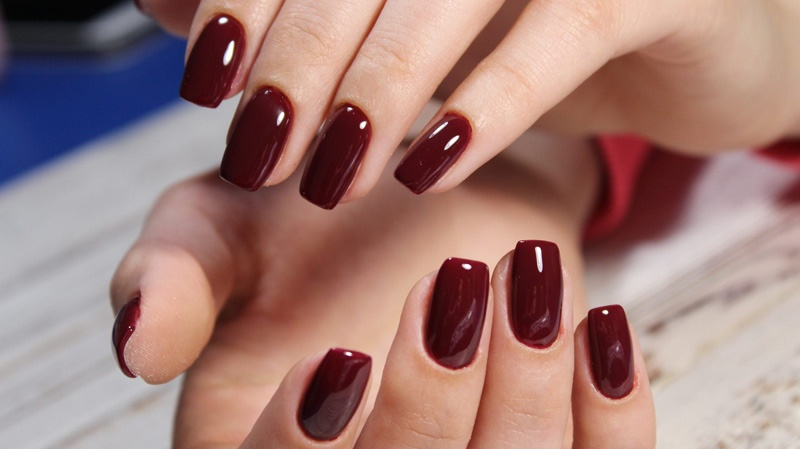dunkelrote Nails